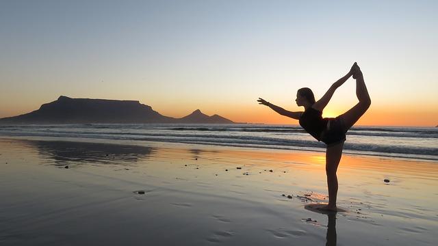 Équilibre harmonieux d'une femme pratiquant le yoga au bord de la mer