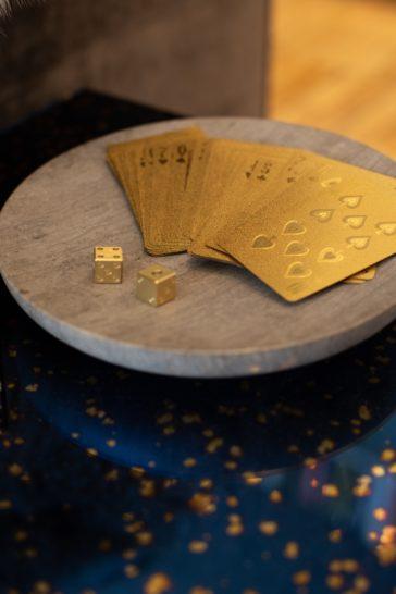 cartes et dés, symboles du hasard