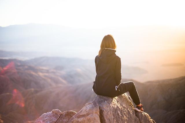 femme en contemplation : symbole de la liberté et de la disponibilité à elle-même